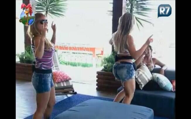 Raquel e Joana brincam e fingem estar sambando