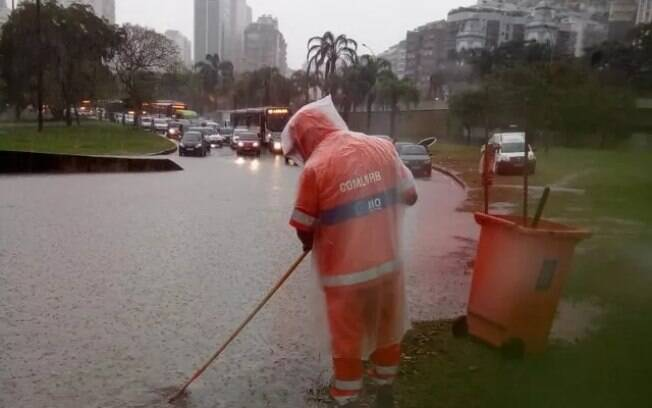 A avenida Borges de Medeiros, na Lagoa, no Rio de Janeiro, foi fechada às 7h desta segunda-feira, por alagamento