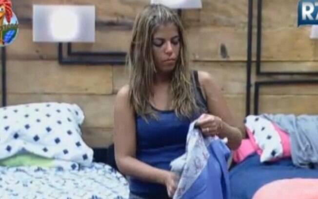 Raquel Pacheco arruma a cama após lavar lençol vomitado