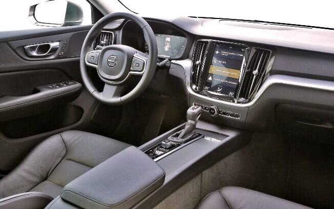 Interior do Volvo V60 oferece conforto, visual moderno e tem diversos sistemas de conectividade