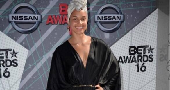 Alicia Keys exibe beleza natural e não usa maquiagem em premiação