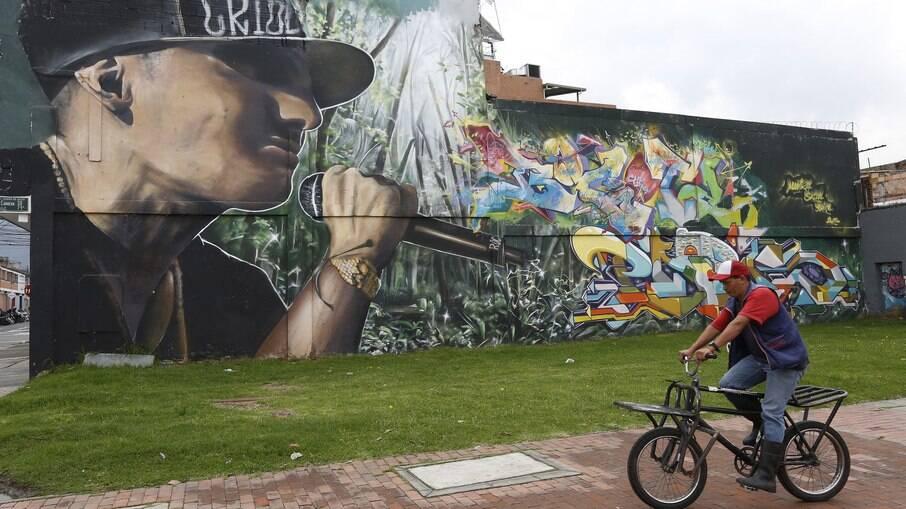 Conheça destinos da América Latina para ver arte urbana; na foto, mural em Bogotá