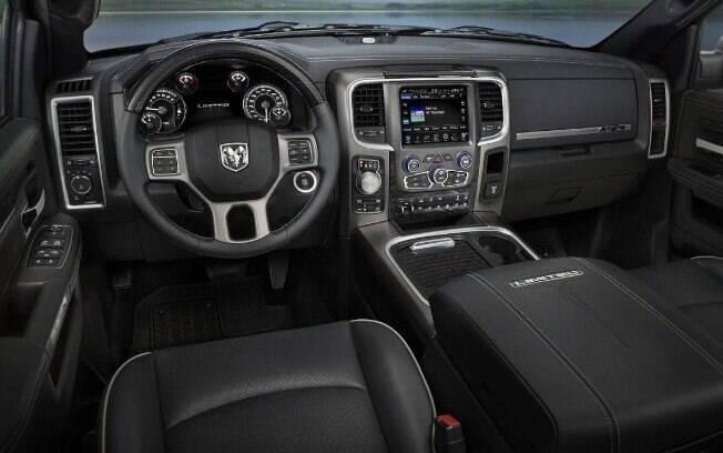 Interior do RAM 1500 promete mais espaço que as picapes vendidas atualmente no Brasil