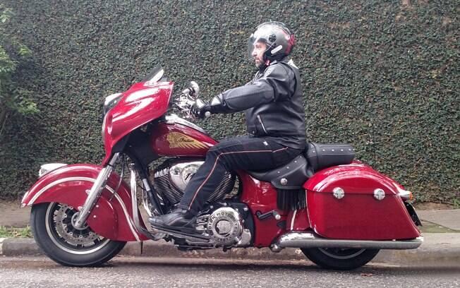 O colunista, Gabriel Marazzi, conduzindo a  Indian Chienftain. Entre marcas de motos, modelos premium estão em baixa