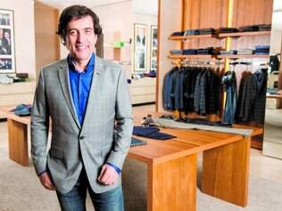 Versatilidade. O estilista Ricardo Almeida faz, além de moda masculina, roupas femininas e ternos para casamentos de R$ 2.913