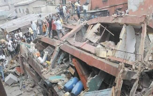 Prédio de três andares que desabou na Nigéria abrigava uma escola no piso superior