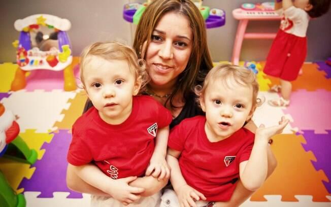 Elisangela Soares de Souza com os gêmeos idênticos (e são-paulinos) Enrico e Enzo: roupas iguais só em dia de jogo