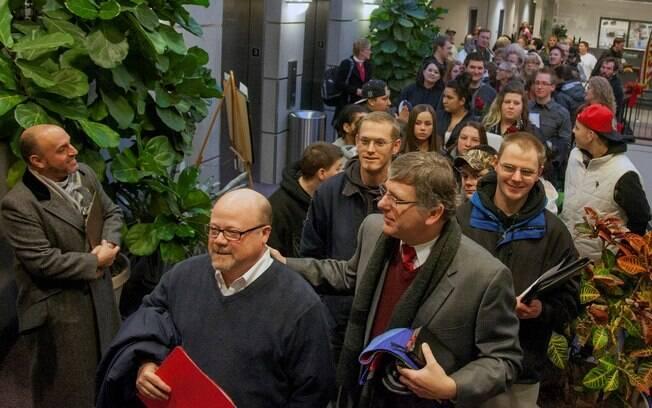 Na prefeitura de Salt Lake, casais fazem fila para se casar após fim da lei que proibia união gay no estado de Utah