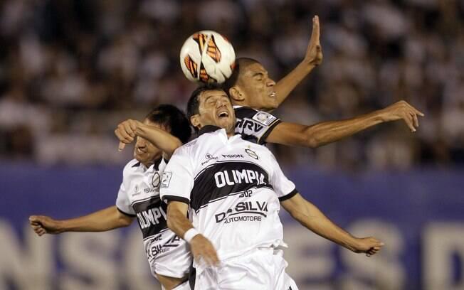 Leonardo Silva briga pela bola com Miranda (à  esquerda) e Bareiro