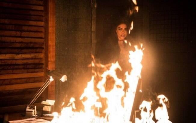 Para destruir provas contra Rubinho, Bibi ateia fogo ao restaurante.
