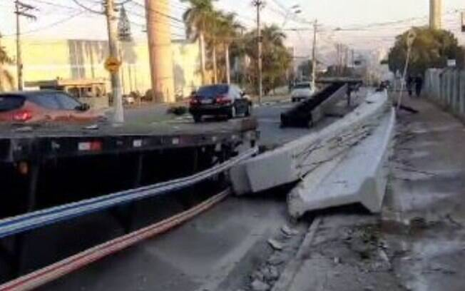 Vigas de concreto caem em avenida de Americana após carreta quebrar