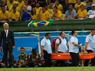 Neymar deixou o campo de maca e mostrando sentir muitas dores nas costas