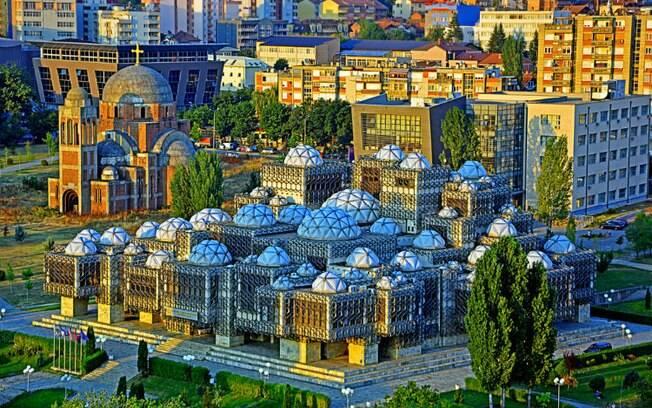 A biblioteca nacional do Kosovo, na capital Pristina, é linda e vale a visita