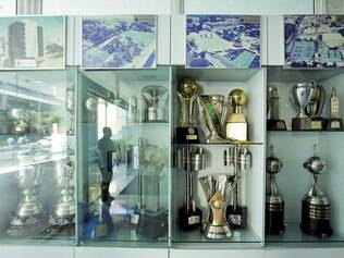 Galeria.  Troféus da Libertadores se misturam aos da Copa do Brasil e do Campeonato Brasileiro na parede de conquistas do Cruzeiro