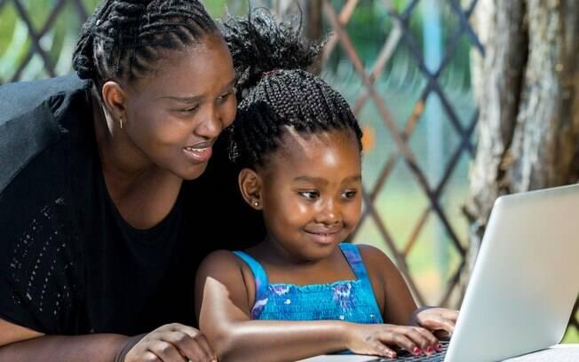 Para a psicóloga, pais que participam da vida dos filhos na internet, pelos jogos de desafios ou não, ganham confiança