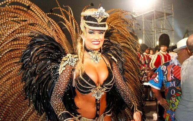 Ellen Roche, rainha de bateria da Rosas de Ouro, no desfile de 2013