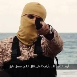 Militante com sotaque americano fala para a câmera