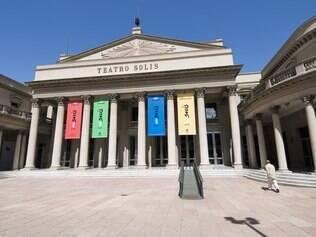 O belo Teatro Solís, um dos principais pontos turísticos da cidade, tem visitas guiadas
