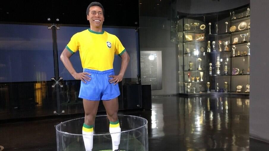 Estátua em tamanho real do craque com o uniforme da seleção