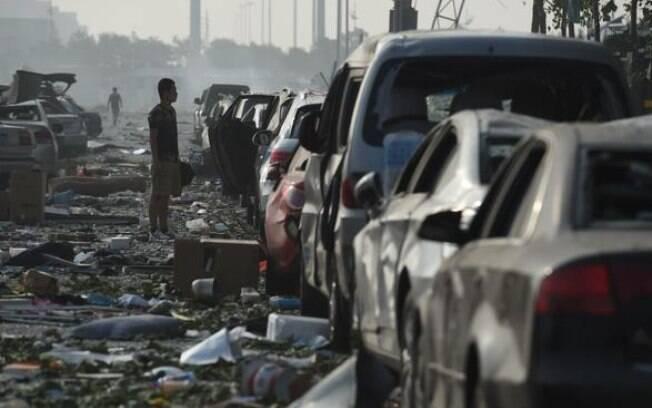 Morador analisa os estragos causados por explosões em Tiajin, China