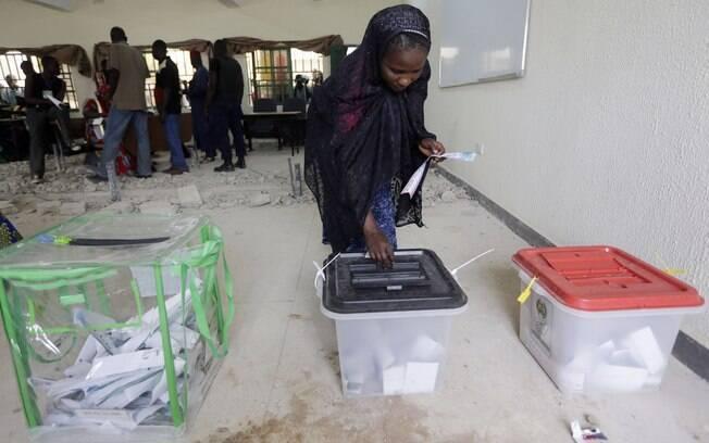 Nigeriana vota para presidente neste sábado (28.03.15)