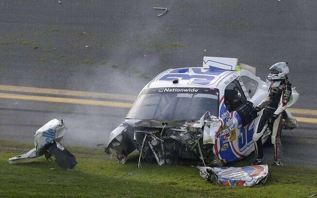 Piloto Kyle Larson sai do carro pela janela  depois de acidente