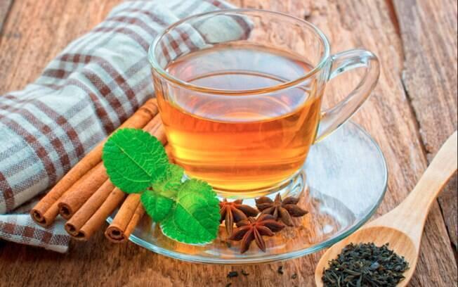 Chás da casca de maracujá ou de algumas ervas contribuem para uma boa noite de sono