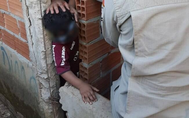 menino preso em parede