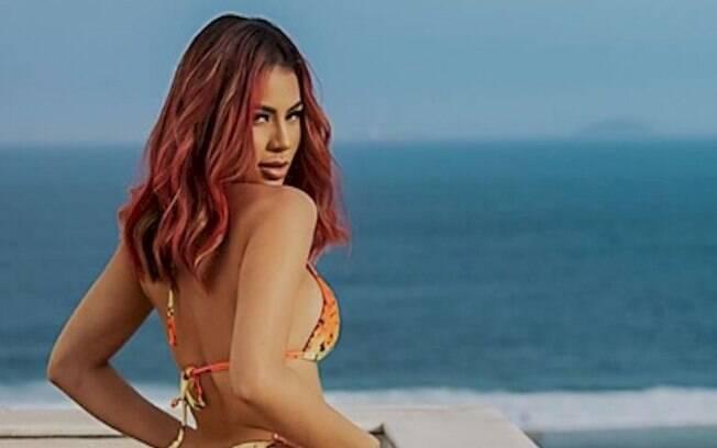 Lexa exibe o bumbum no Instagram e fãs elogiam a cantora