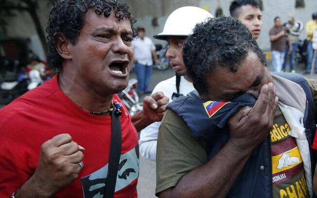 Homens reagem à notícia da morte de Chávez em Caracas (05/03)