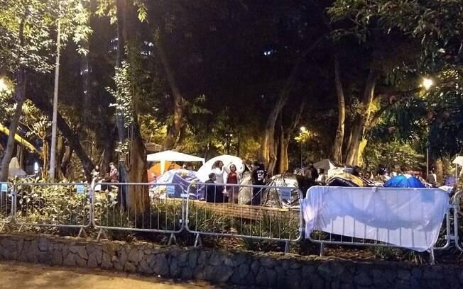 Fãs acampam para esperar o show de despedida da turnê da banda em São Paulo