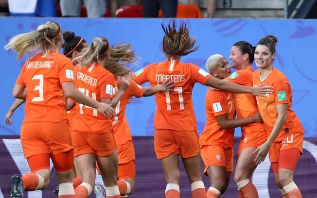 Martens marcou os dois gols da vitória da Holanda contra o Japão