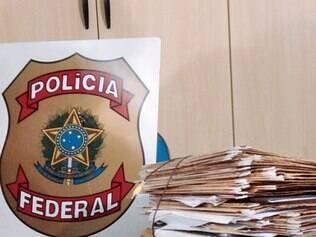 Quatro pessoas foram detidas ontem na capital acusadas de criar empresas falsas para receber todos os benefícios trabalhistas