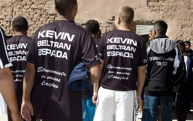 Corintianos presos usam camisa em homenagem a  Kevin Beltrán