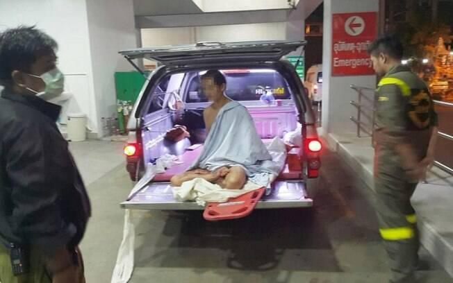 Nu e segurando o pênis nas mãos, o homem foi atendido por paramédicos antes de ser encaminhado a um hospital local