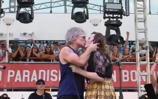 Bon Jovi beija fã