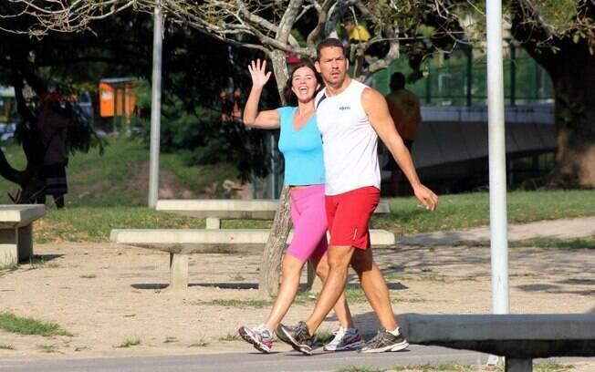 Luma de Oliveira mostra o corpo em forma em caminhada com o namorado