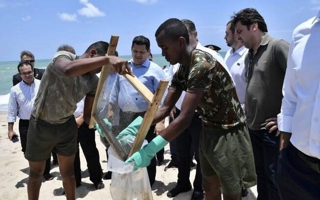 Senador Davi Alcolumbre visitou praias em Alagoas, que já conta com 40 pontos atingidos pelas manchas de óleo
