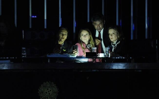 Presidente do Senado, Eunício Oliveira mandou apagar as luzes do plenário durante protesto de senadoras