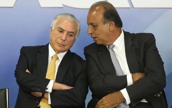 Sob intervenção militar na segurança pública, estado do Rio de Janeiro, governado por Luís Fernando Pezão (à direita) já dependeu de R$ 1,985 bilhão do Tesouro Nacional e da União presidida por Temer (à esquerda)