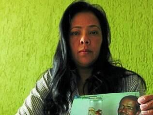 Tristeza.  Desolada, Eliete Pereira dos Santos mostra foto do irmão carregando o neto, de apenas 2 meses