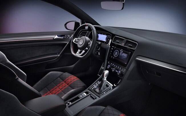 No interior, os bancos são revestidos com um novo tipo de tecido e o volante vem com marcação bem no centro