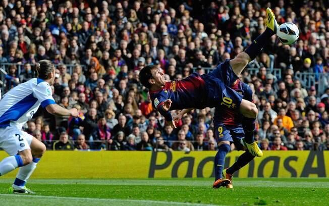 Messi tenta bicicleta. Argentino marcou uma  vez na goleada sobre o Getafe no Camp Nou