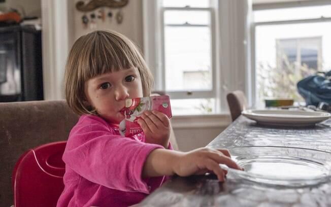 Comida em sachê seria forma de dar mais autonomia a uma criança