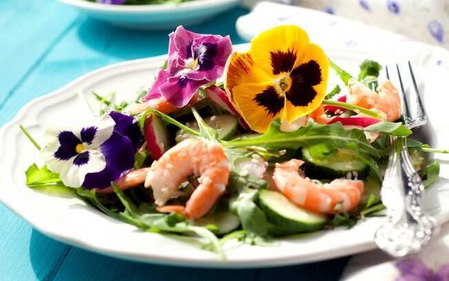 sala com camarão e flores comestíveis