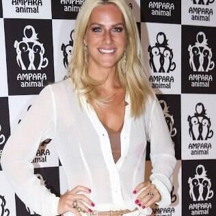 Giovanna Ewbank circula com blusa manchada em evento de moda