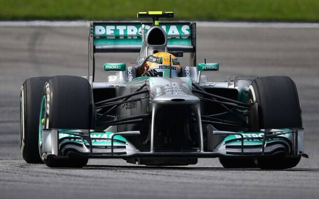 Lewis Hamilton conduz sua Mercedes no  circuito de Sepang