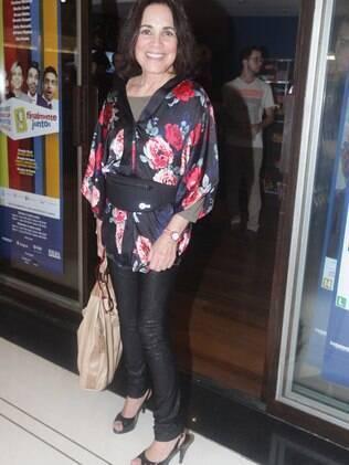 Regina Duarte inova e vai de pochete em pré-estreia de peça
