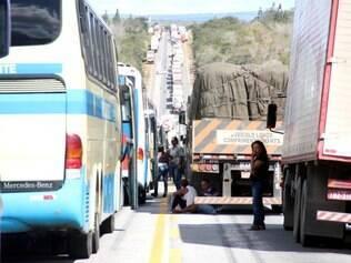 BA - PROTESTOS/BRASIL/BR-116 - CIDADES - Caminhoneiros fazem manifestação no Km 900 da BR-116, a cerca de   15 km de Cândido Sales, na Bahia, nesta terça-feira. Os manifestantes   protestam pelos preços do diesel e dos pedágios, pela falta de   segurança nas estradas e valor do frete.    02/07/2013 - Foto: MÁRIO BITTENCOURT/ESTADÃO CONTEÚDO