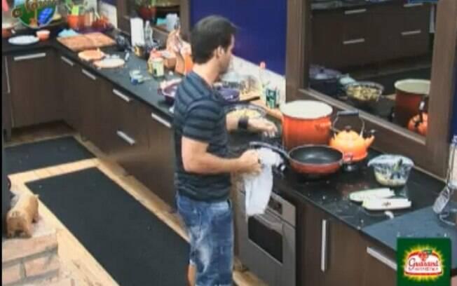 Marlon cozinha macarrão para as peoas